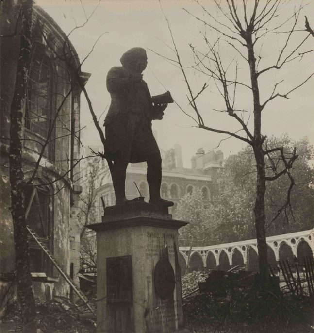 Cecil Beaton, Dr. Johnson Outside His Church, circa 1940. Gelatin silver print. SBMA, Gift of Mrs. Ala Story. © The Cecil Beaton Studio Archive at Sotheby's