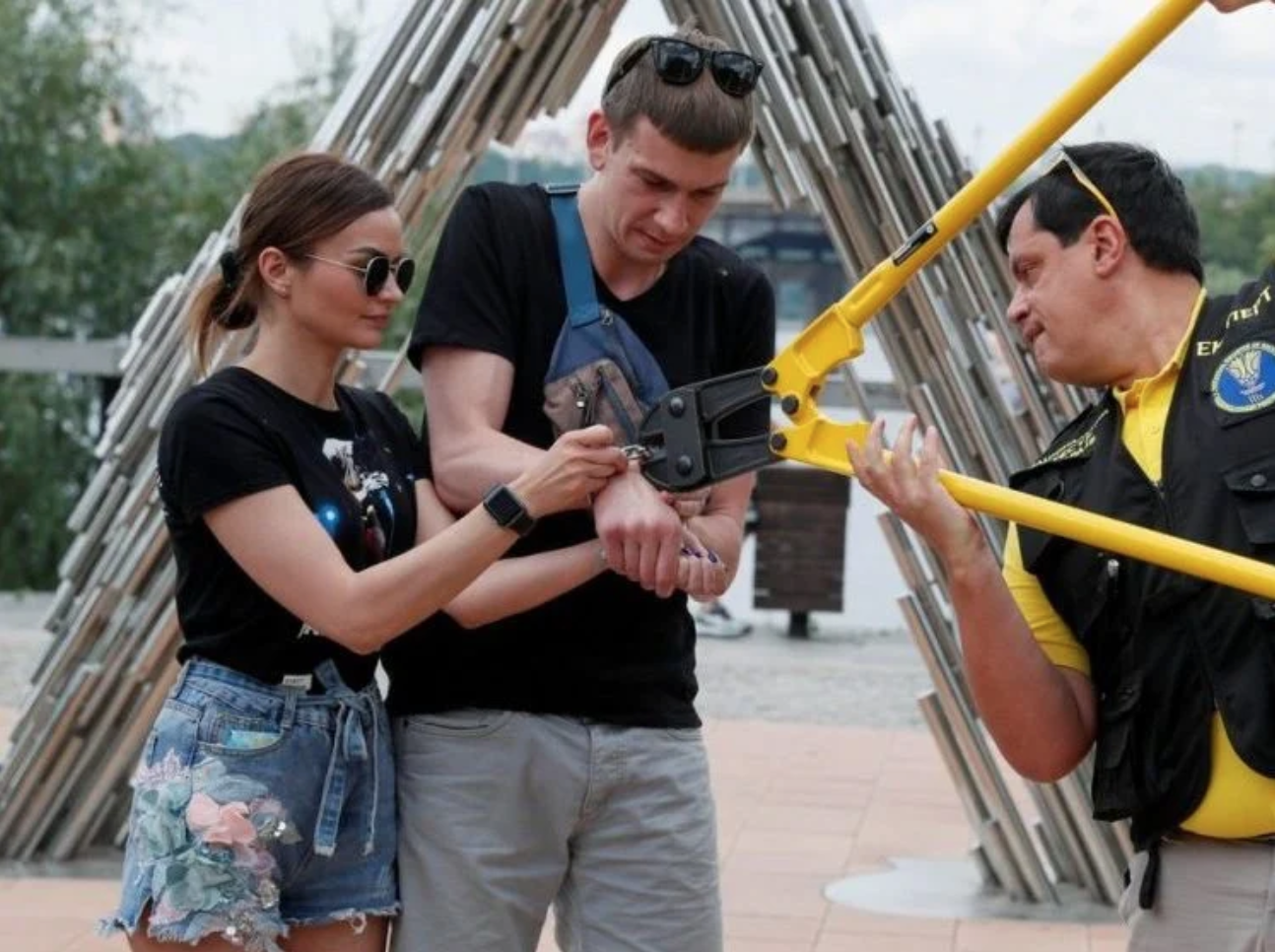 Meanwhile in Ukraine: Couple Parts Ways After 123 Days Handcuffed Together (And Guess What Their Biggest Complaint Was)